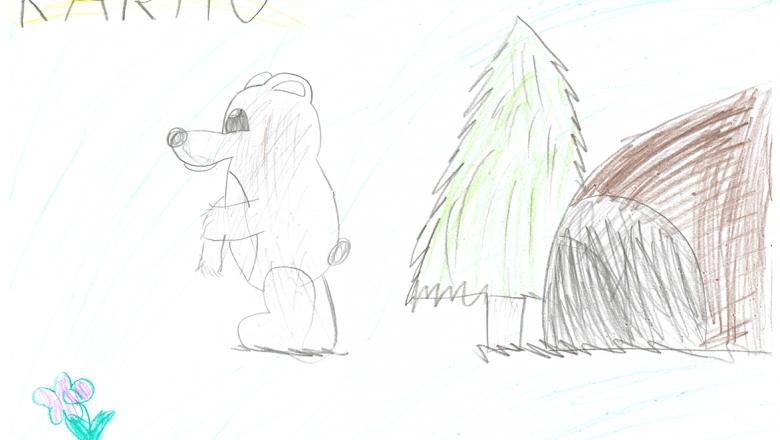 Lapsen värikynäpiirros kahdella jalalla seisovasta karhusta. Oikealla puolen kuusi ja karhunpesä, vasemmalla kukka.